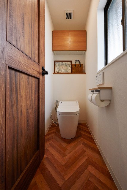 ヘリンボーン柄がアクセントのナチュラルなトイレ