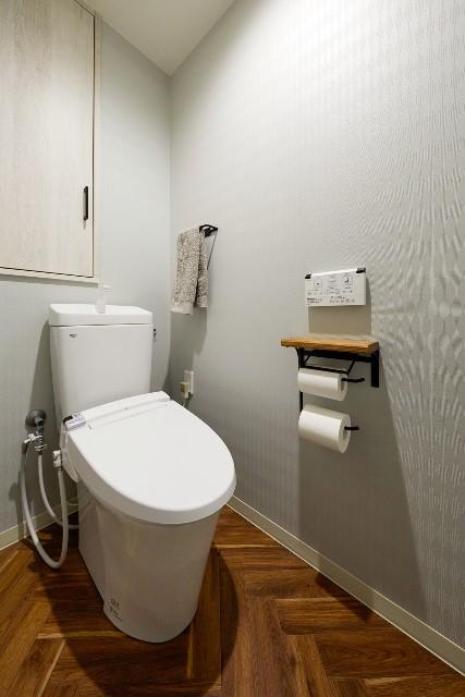 広くなったヘリンボーン床のトイレ空間