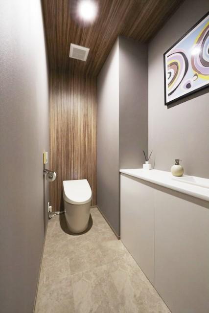 絶妙な色のバランスで落ち着いた雰囲気のトイレ空間