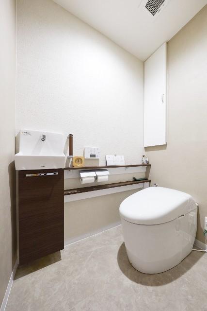 カウンター付き手洗器で負担が軽減するスタイリッシュなトイレ