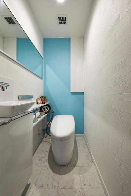 水色がアクセントの爽やかなトイレ空間