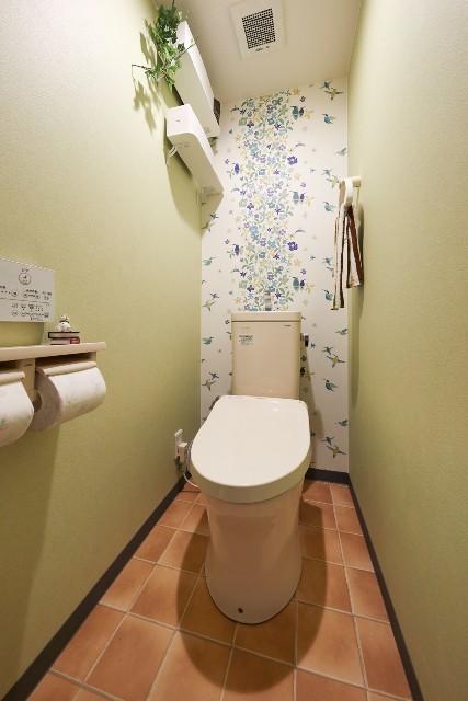小さなハチドリ柄が可愛らしい壁紙のトイレ空間