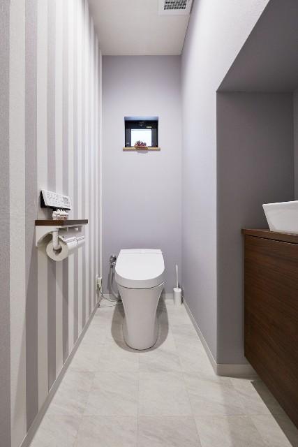 清掃性に長けたサティスにグレーのクロスで上質なトイレ空間を演出