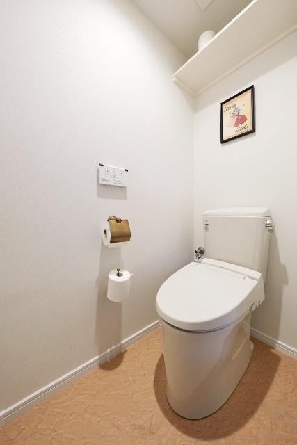 ストーン調のフロアタイルでお手入れが簡単なトイレ空間