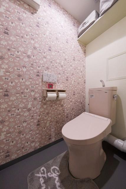 パステルピンクのトイレとお気に入りのクロスでガーリーなレストルームに