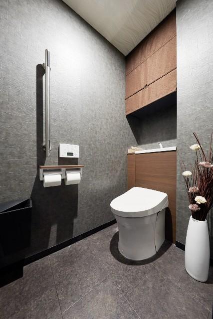 広さと収納共に充実したシックなトイレ空間