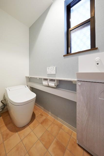 キャビネットカウンターを設置したタンクレストイレ