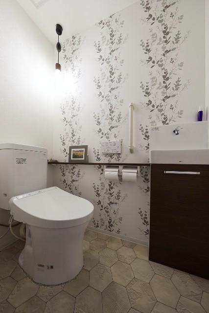 ペンダントライトが優しく照らす、癒しのトイレ空間