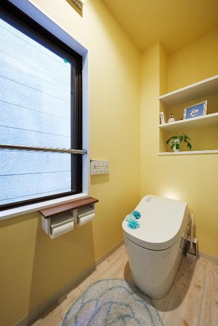 カラークロスを使った華やかなトイレ空間
