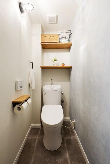 モルタルブロック調のフロアタイルがお洒落なトイレ