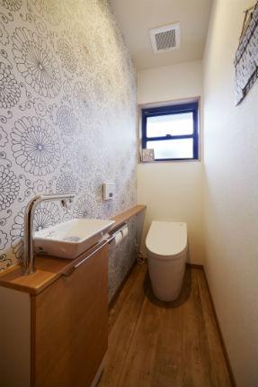 ダイナミックなモノトーンの花柄クロスでおしゃれなトイレ