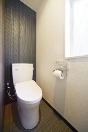こだわりのアクセントクロスで一新したトイレ空間