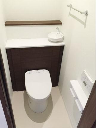 落ち着いたブラウンの高級感のあるトイレ