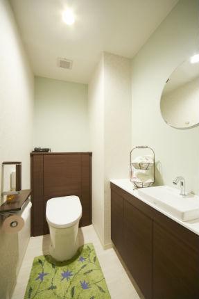 広々とした手洗いカウンターで収納力が向上したトイレ