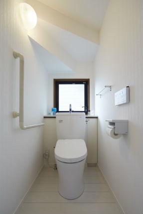 階段下のトイレをホワイトで統一した明るい空間へリフォーム