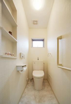 本が置けるニッチを造作した快適なトイレ空間