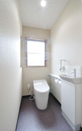 手洗い器付のタンクレストイレで広々空間