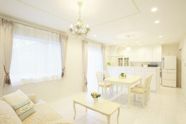白をベースにイメージが形となったフレンチクラシックの明るいお家