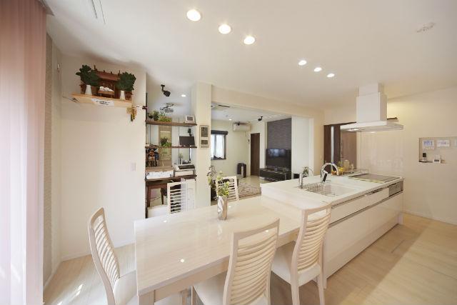 アイランドキッチンが主役の居心地のいい空間