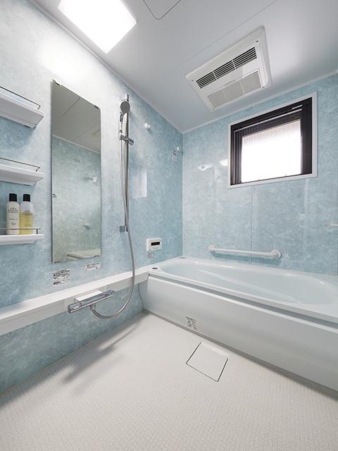 大きな窓がありながら冬場でも温かな浴室