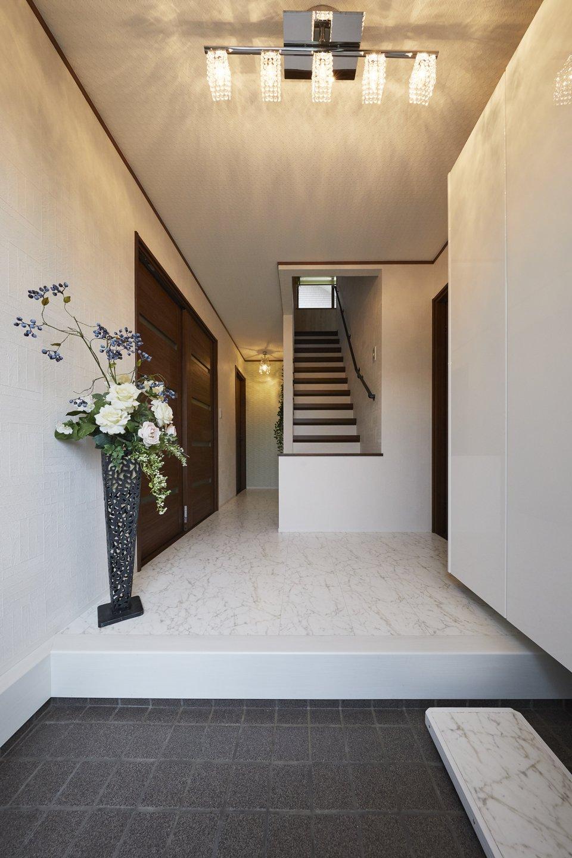 正面の階段の壁を撤去し、スッキリと生まれ変わった玄関