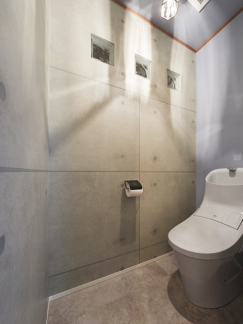 ガラスブロックで抜け感を演出したトイレ