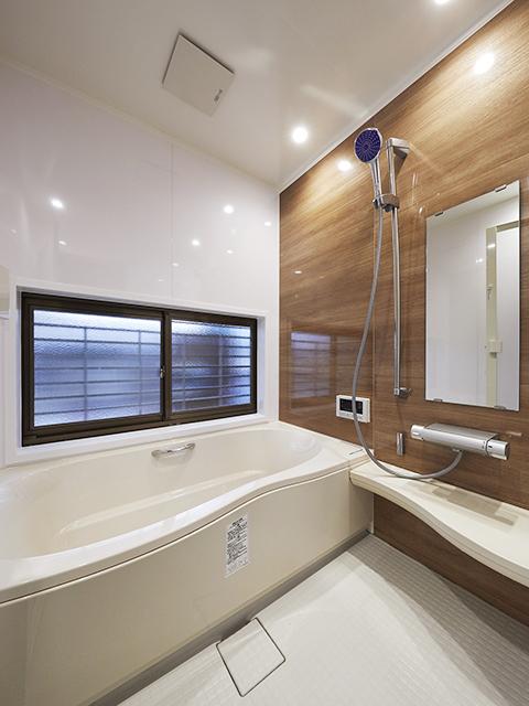 お風呂時間が好きになる広々とした、清掃性の高いバスルーム